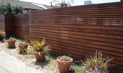 מחסן עצים שלנו מציע מבחר גדרות מעץ