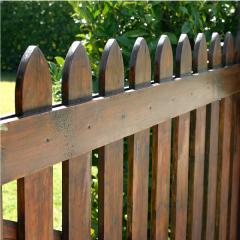 גדר מעץ לגינה