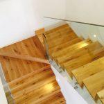 מדרגות עץ אלון בבית